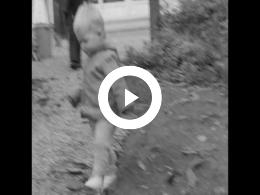 Keyframe of AMATEURFILMS CAREL GUSTAAF OLIE JR. - Kinderen spelend in tuin