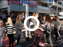 wethouder_mijnans_opent_silly_walk_oversteekplaats_stadhuispassage_spijkenisse_2018