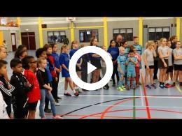 wethouder_hamerslag_reikt_sportprijzen_kersttoernooi_uit_-_sporthal_den_oert_spijkenisse_2017