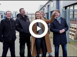 wethouder_bal_bekijkt_zonnepanelen_bij_van_der_wal_bedrijfshuisvesting_zuidland_2020