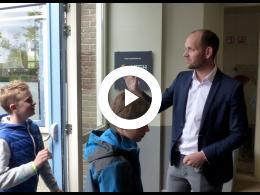 wethouder_struijk_reikt_high_fives_uit_aan_cbs_de_rank_spijkenisse_2019