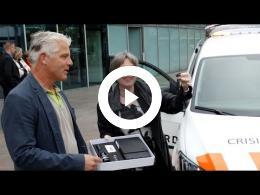 burgemeester_salet_neemt_sleutel_nieuwe_piketauto_in_ontvangst_spijkenisse_2016