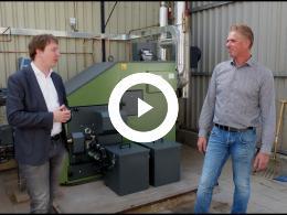 wethouder_bal_stelt_biomassakachel_met_warmtepanelen_in_bedrijf_-_persoon_bernisse_geervliet_2019