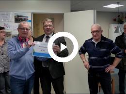 wethouder_de_graad_overhandigt_cheque_aan_stichting_bejaardensoos_heenvliet_2018