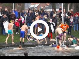eerste_nieuwjaarsduik_2017_in_appingedam_met_320_toeschou-wers_en_30_zwemmers.