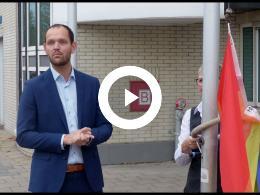 wethouder_struijk_hijst_regenboogvlag_in_het_kader_van_de_coming-outdag_spijkenisse_2018