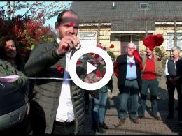 wethouder_struijk_neemt_nieuwe_buurt_aed_in_gebruik_spijkenisse_2019