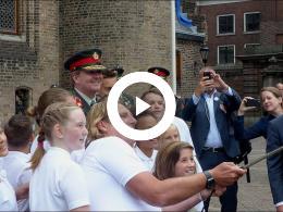 vloggers_obs_de_markenburg_met_groep_8_naar_de_koning_op_veteranendag_den_haag_2017