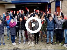 groep_8_van_cbs_de_bron_ging_langs_bij_de_50_flat_kromme_dreef_met_een_kerstwens_spijkenisse_2017