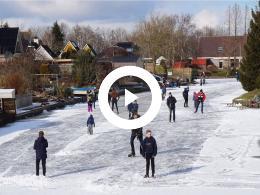 eerste_schaatsplezier_van_2018_in_tjamsweer_appingedam_op_natuurijs.