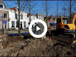 wethouder_mijnans_plant_koningslinde_op_de_markt_heenvliet_2018
