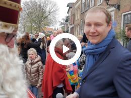 sinterklaas_rijdt_naar_heenvliet_en_komt_aan_op_de_nieuwe_markt