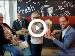 wethouder_struijk_reikt_prijs_uit_aan_winnaar_stempelkaart_zomeractiviteiten_spijkenisse_2018