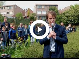 wethouder_hamerslag_legt_bloemstuk_bij_raf_monument_spijkenisse_2018