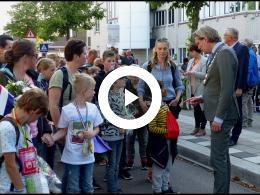 burgemeester_van_oosten_begroet_vierdaagselopers_tijdens_defile_raadhuislaan_spijkenisse_2019