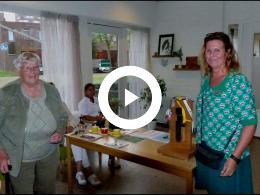 mevrouw_barendregt_opent_zorgwinkel_siloam_met_speciale_sleutel_hoogvliet_2020