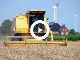 combinen_nabij_de_eemshaven_-_oudeschip_met_de_clayson_8080_new_holland_film_jan_rijpma_c_dronten