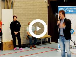 wethouder_hamerslag_reikt_prijzen_badmintontoernooi_uit_spijkenisse_2017