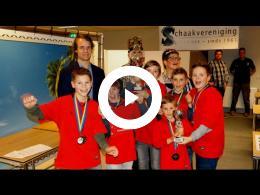 wethouder_martijn_hamerslag_reikt_prijzen_schoolschaaktoernooi_uit_spijkenisse_2017