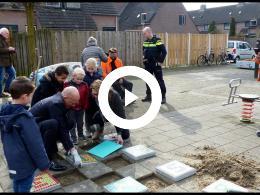 wethouder_mijnans_plaatst_hink-stap-sprong_tegels_spijkenisse_2018