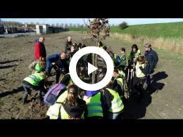 nationale_boomfeestdag_-_60e_editie_-_wethouder_mijnans_helpt_bij_planten_boom_spijkenisse_2017