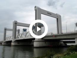 grootste_verticale_hefbrug_ter_wereld_-_botlekbrug_rotterdam_hoogvliet_2015