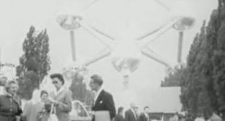 publiek op de expo 1958 in Brussel still uit film Piet Schendstok
