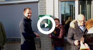 wethouder_struijk_hangt_aed_op_aan_gevel_stadhuis_spijkenisse_2018