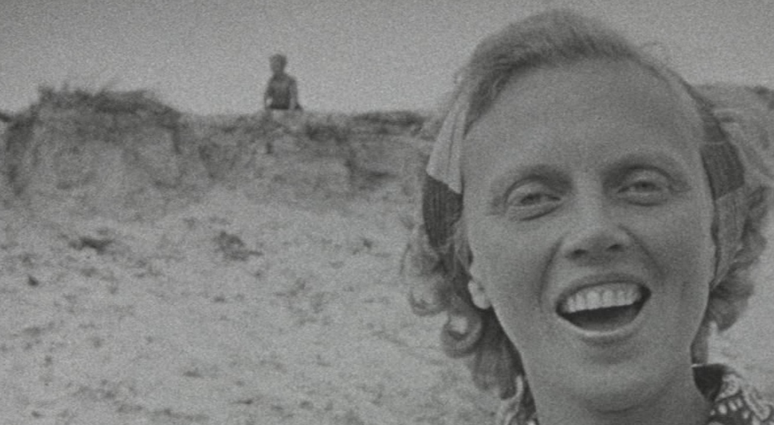 Vrouw op het strand Vlieland still film Aartje van Rijswijk